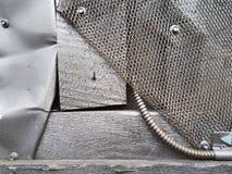 对象抽象背景,色的银色油漆:木板、金属板、金属滤网和管子,构造工业内部 免版税库存图片