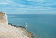 对象海滨顶头灯塔的鸟瞰图用蓝色绿松石水 库存照片