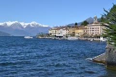 对贝拉焦湖边平地和passanger船的美好的全景 库存图片