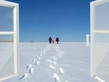 对走开的冬天和的人民的被打开的窗口 免版税库存图片