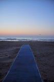 对走道的海滩 免版税库存照片