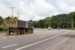 对车的拖车在曲线 免版税图库摄影