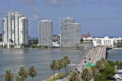 对迈阿密南海滩的一座桥梁 免版税库存图片