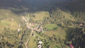 对近夏天喀尔巴阡山脉的森林和山的鸟瞰图由Dzembronya村庄 股票录像
