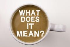 对这是什么意思写文本表示怀疑在杯子的咖啡 要求的企业在白色背景的概念和未知数与拷贝sp 图库摄影