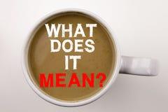 对这是什么意思写文本表示怀疑在杯子的咖啡 要求的企业在白色背景的概念和未知数与拷贝sp 库存图片
