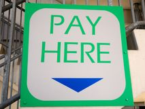 对这里薪水的特写镜头签字 免版税库存图片