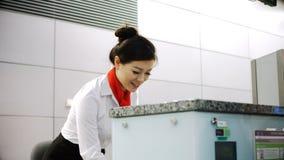 对通勤者4k的航空公司报到伴随递的护照 股票视频