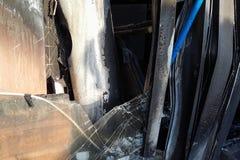对酒吧的被烧的入口,被打碎的窗口,酒醉小流氓攻击  库存照片