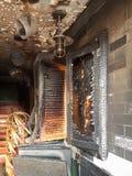 对酒吧的被烧的入口,被打碎的窗口,酒醉小流氓攻击  免版税库存照片