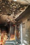 对酒吧的被烧的入口,被打碎的窗口,酒醉小流氓攻击  免版税图库摄影