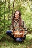 对采摘蘑菇 免版税库存图片