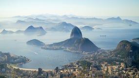 对里约港口和老虎山山的看法从Corcovado在里约热内卢,巴西 免版税库存照片