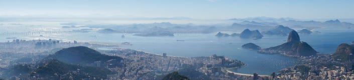 对里约港口和老虎山山的看法从Corcovado在里约热内卢,巴西 免版税库存图片