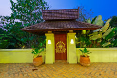 对里面的小门户在泰国兰纳样式的大门以后 免版税库存图片