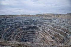 对金刚石开放矿的鸟瞰图 免版税图库摄影