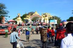 对金黄岩石站点的入口门 Kyaiktiyo塔 星期一状态 缅甸 免版税库存图片