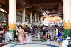 对金黄斜倚的菩萨或者Shwethalyaung菩萨的入口 Bago 缅甸 库存照片
