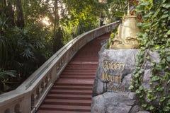 对金黄登上的步在曼谷 免版税库存图片