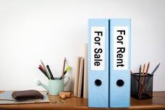 对销售和租黏合剂在办公室 在一个木架子的文具 库存图片