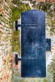 对锁着的中世纪城堡的入口 免版税库存图片