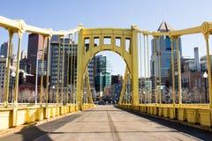 对镇的黄色桥梁 免版税库存照片