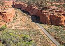 对长的峡谷的入口 免版税库存图片
