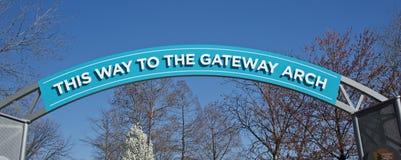 对门户曲拱的入口标志街市,圣路易斯密苏里 库存照片