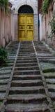 对门黄色的台阶 免版税库存图片