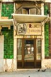 对闭合的邮票商店的门在里斯本,葡萄牙2015年7月 免版税图库摄影