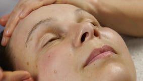 对防皱按摩做的女性医生客户 妇女享受在温泉saton的塑料面孔按摩 4K 股票视频
