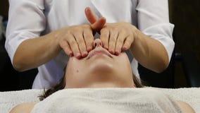 对防皱按摩做的女性医生客户 妇女享受在温泉saton的塑料面孔按摩 4K 影视素材