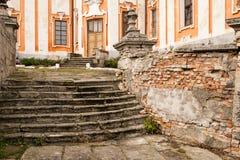 对阴险的人修道院和温床,克列梅涅茨,乌克兰的老台阶 免版税库存图片
