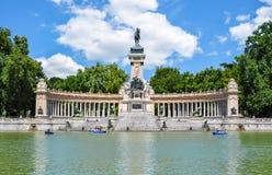 对阿方索的纪念碑XII在Buen Retiro公园在晴天,马德里,西班牙 免版税库存照片