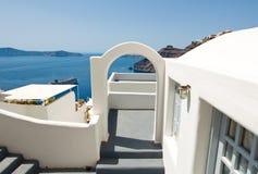对陷下的房子的Etrance有露台的在圣托里尼(锡拉)海岛上的Fira镇在希腊 库存图片