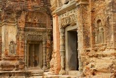 对雕刻在Preah Ko寺庙的废墟的墙壁的看法在暹粒,柬埔寨 免版税库存图片