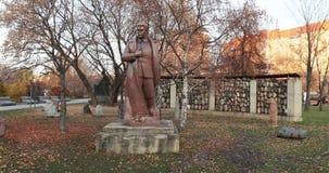 对雕刻家叶夫根尼丘巴罗夫的斯大林主义抑制的受害者的纪念碑和对斯大林的一座纪念碑 股票录像