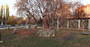 对雕刻家叶夫根尼丘巴罗夫的斯大林主义抑制的受害者的纪念碑和对斯大林的一座纪念碑 股票视频