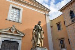 对雕刻家和建筑师尼古拉・皮萨诺的雕象在比萨 意大利 免版税库存图片