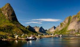 对雷讷村庄和Gravdalsbukta, Lofoten,挪威的全景 库存照片
