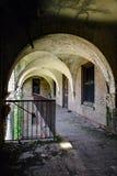对露台的被成拱形的开头有长得太大的植被的-被放弃的结核病Sanitorium 库存照片