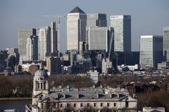 从对面采取的金丝雀码头伦敦下午三点左右视图 库存照片