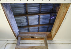 对顶楼打开入口 楼梯和门对房子的顶楼 免版税库存照片