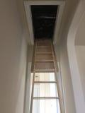 对顶楼的梯子在一个新的两个地板房子里 免版税库存图片