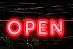 对顾客概念打开欢迎的霓虹灯广告 免版税库存照片
