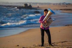 对风琴的孤立音乐家戏剧在浪漫海岸 免版税库存图片