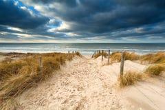 对风雨如磐的北海海滩的方式 免版税库存图片
