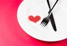对餐馆的情人节晚餐在红色桌上 库存照片