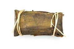 对香蕉的特写镜头用在白色背景的黏米饭 库存图片