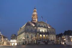 对马斯特里赫特城镇厅的夜视图  免版税库存照片